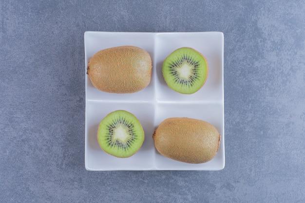 Sappige kiwi's in een plateon marmeren tafel.