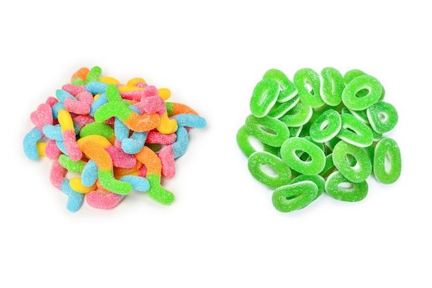 Sappige kleurrijke geleisnoepjes die op wit worden geïsoleerd. gummy snoepjes. slangen.