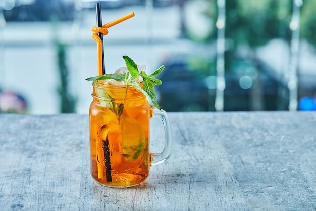 Sappige limonade met stro en munt op het marmeren oppervlak
