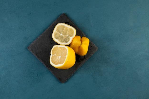 Sappige misvormde citroen wordt in drie delen gesneden