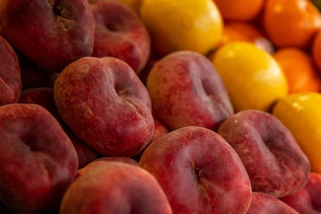 Sappige nectarines op de marktteller. vitaminen en gezondheid uit de natuur. zijaanzicht. detailopname.
