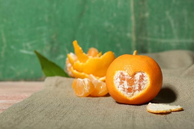 Sappige rijpe mandarijnen met bladeren op houten oppervlak