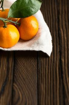 Sappige rijpe mandarijnen op een houten tafel