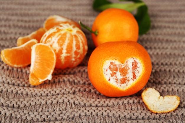 Sappige rijpe mandarijnen op gebreid oppervlak