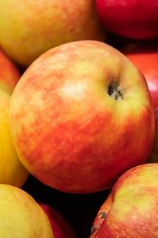 Sappige rode appels op een boerenmarkt. rijpe vruchten close-up.