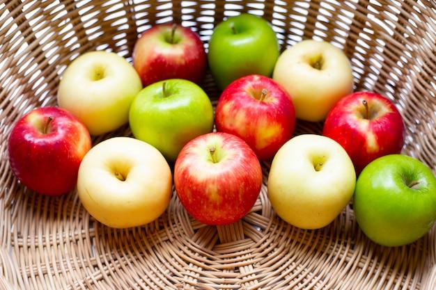 Sappige rode, gele en groene appels in een mand