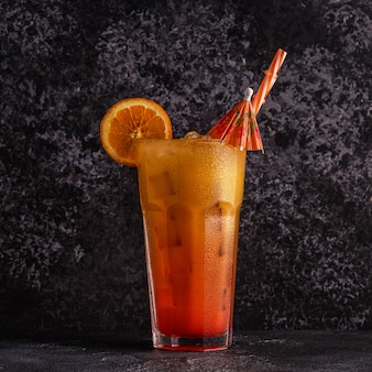 Sappige sinaasappel en rode tequila sunrise met ijs