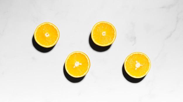 Sappige sinaasappelen helften op een licht oppervlak