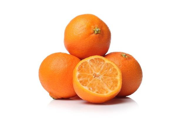Sappige sinaasappelen op een wit oppervlak
