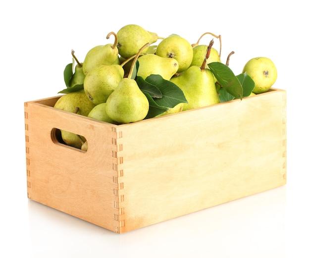 Sappige smaakvolle peren in doos geïsoleerd op wit