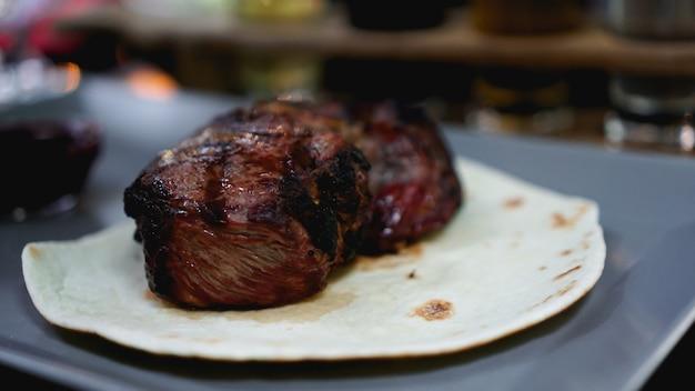 Sappige stukjes vlees. biefstuk op pitabroodje. foto's voor het restaurantmenu