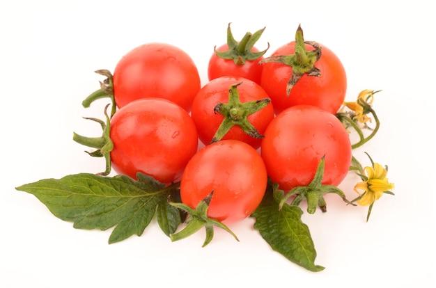 Sappige tomaten geïsoleerd op wit