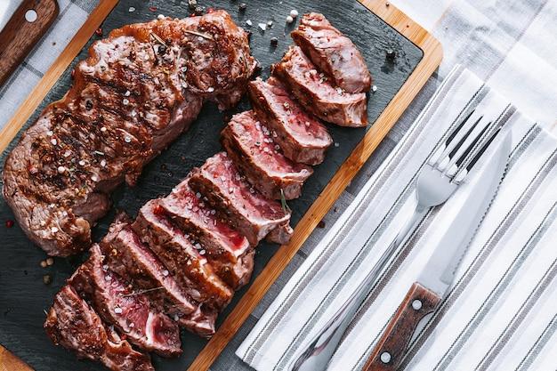 Sappige vers gebakken steaks voor het avondeten. twee gebakken lendenbiefstuk in een medium geroosterde zeldzaam