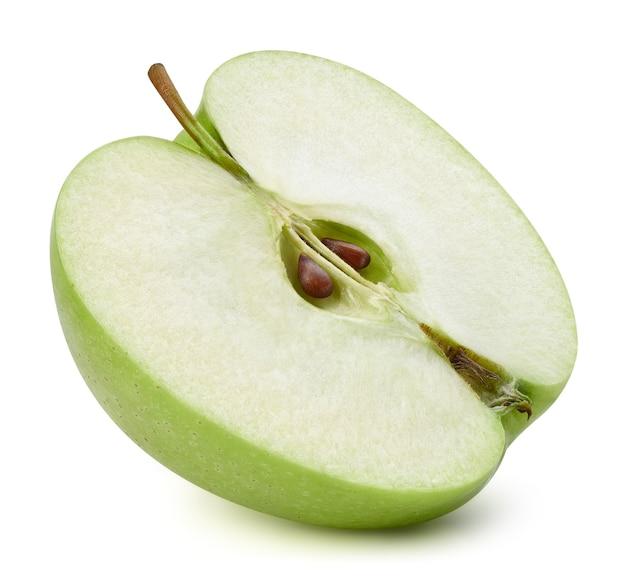 Sappige verse appels. de helft van rijpe groene appel geïsoleerd op wit