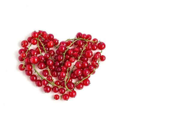 Sappige verse bessen van rode aalbes hart gevormd geïsoleerd op een witte achtergrond. valentijnsdag