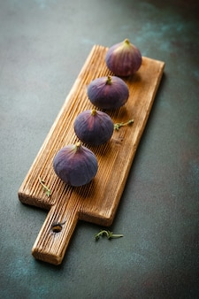 Sappige verse vijgenvruchten op houten snijplank