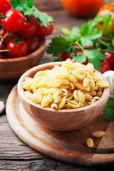 Sardische ongekookte pasta malloreddus, selectieve aandacht