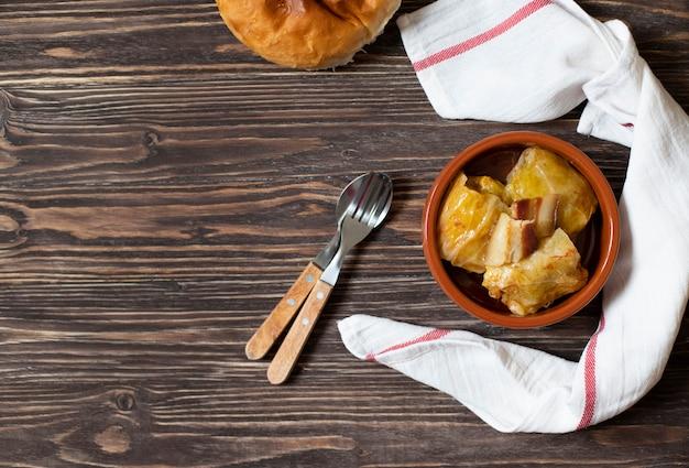 Sarma - traditioneel gerecht uit de balkan-keuken. kool rolt met vlees en rijst. balkan-keuken. servische keuken. donkere houten achtergrond. bovenaanzicht. ruimte voor tekst