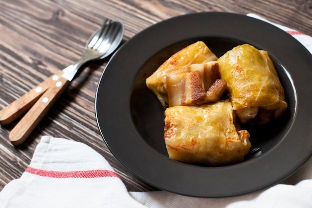 Sarma - traditioneel gerecht uit de balkan-keuken. kool rolt met vlees en rijst. balkan-keuken. servische keuken. donkere houten achtergrond. detailopname