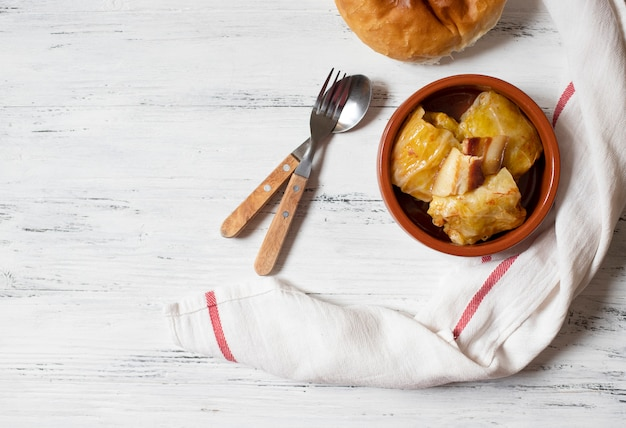 Sarma - traditioneel gerecht uit de balkan-keuken. kool rolt met vlees en rijst. balkan-keuken. servische keuken. lichte houten achtergrond. bovenaanzicht. ruimte voor tekst