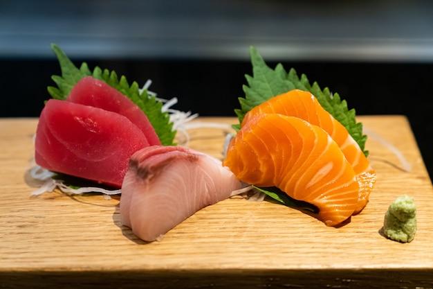 Sashimi op een houten bord