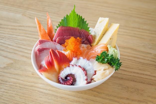 Sashimi rijstkom chirashi don japans eten op houten tafel in restaurant