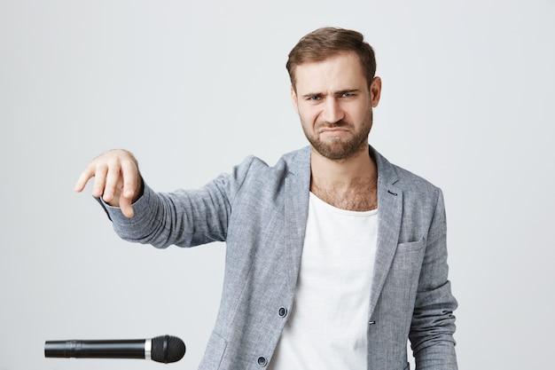 Sassy bebaarde man laat de microfoon vallen