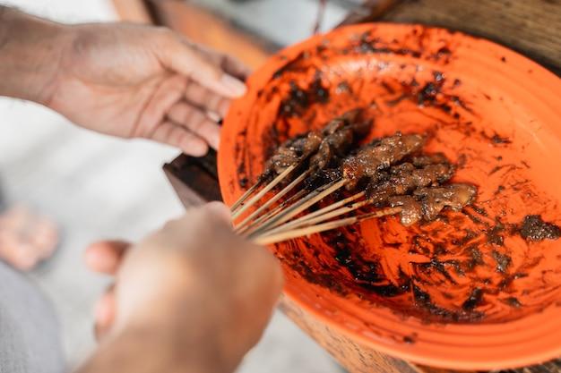 Saté ayam traditioneel culinair van chiken saté spies