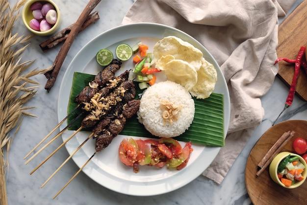 Saté met rijst en sambals