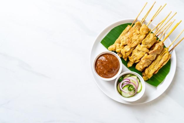 Saté van varkensvlees, gegrild varkensvlees geserveerd met pindasaus of zoetzure saus, aziatisch eten
