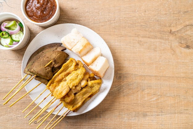 Saté van varkensvlees met pindasaus en augurken