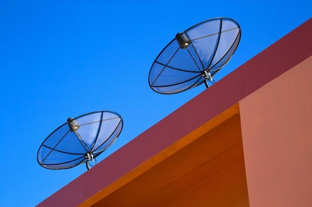 Satellietschotel op het dak van het gebouw