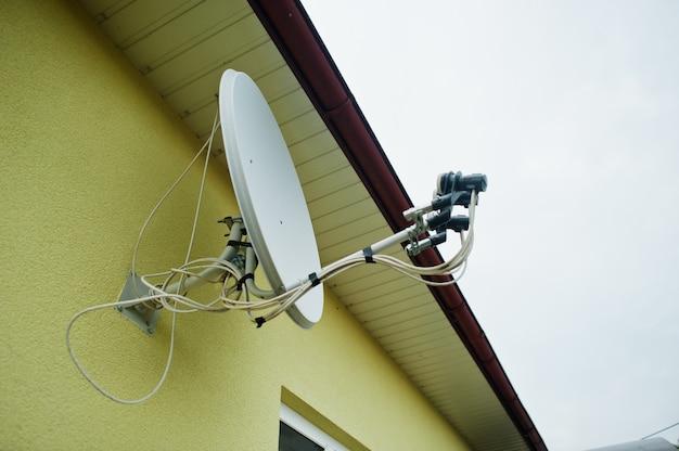 Satellietschotel op het dak van het huis geïnstalleerd.