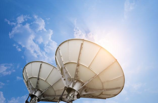 Satellietschotelantennes onder hemel