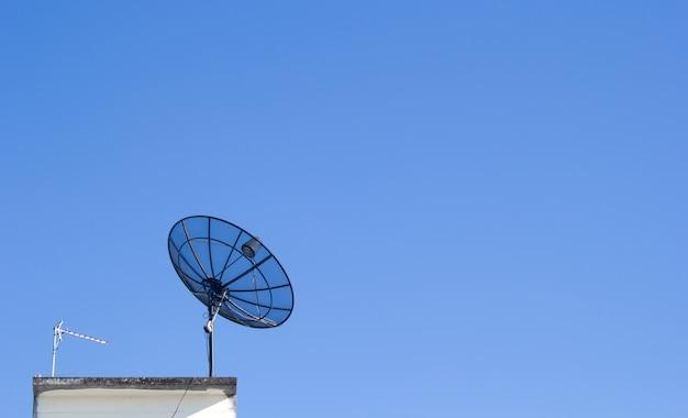 Satellietschoteltransmissiegegevens met blauwe hemelachtergrond.