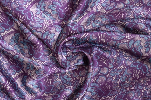 Satijn stof textuur achtergrond in trendy paarse, blauwe kleuren. prachtig gedraaide sjaal met stola.