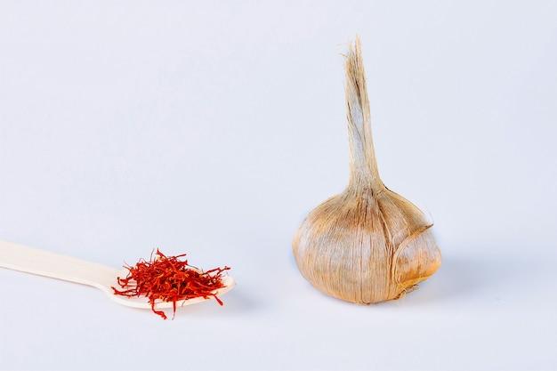 Sativus-krokusbol, meeldraden van droge kruidensaffraan op een witte achtergrond.