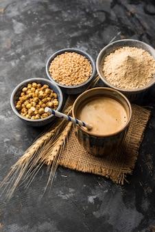 Sattu sharbat is een verkoelende zoete drank gemaakt in de zomer met geroosterd zwart kikkererwtenmeel, gerst, suiker, zout en water. geserveerd in een glas. selectieve focus