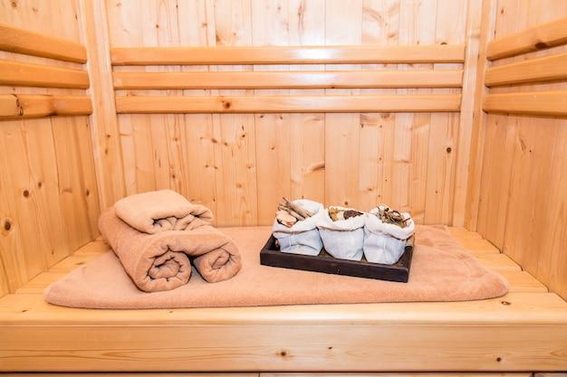 Saunaruimte met thais kruid, masage en spa in thaise stijl
