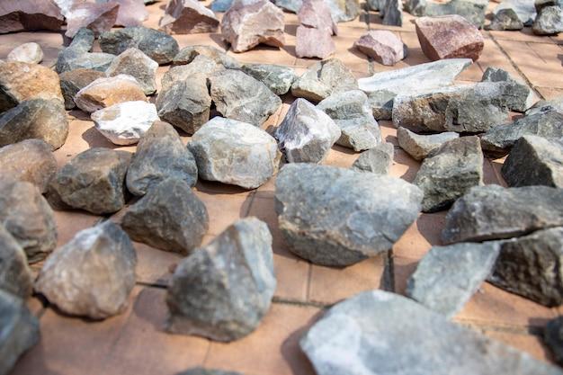 Saunastenen liggen op de tegels en zijn droog