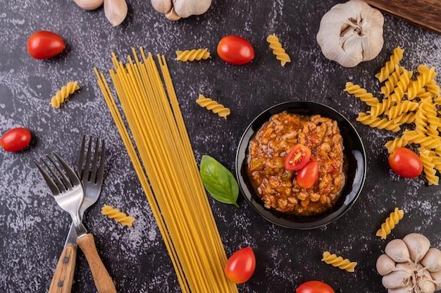 Saus voor het roerbakken van spaghetti of het roerbakken van macaroni op een zwarte plaat.