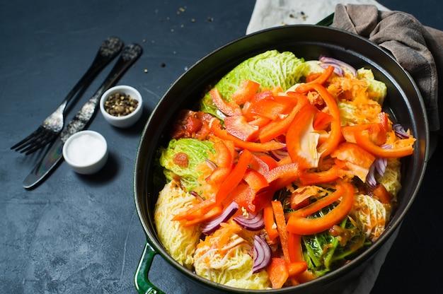 Savooiekool broodjes gevuld met vlees en groenten.