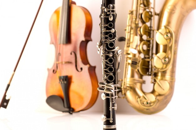Sax tenorsaxofoon viool en klarinet in het wit