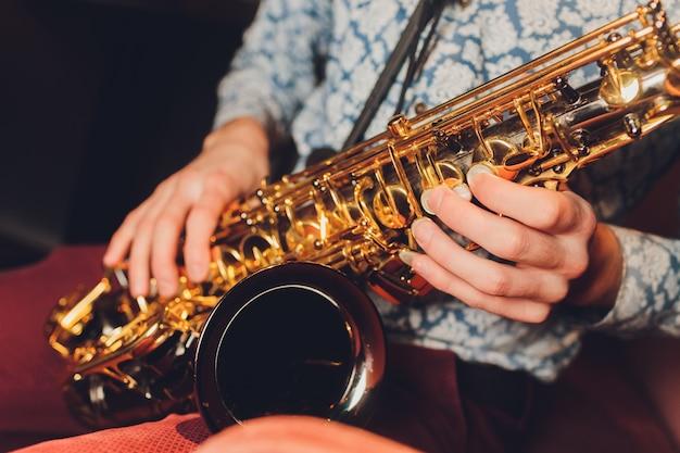 Saxofonist jazzmuzikant. saxofonist met baritonsaxofonist.