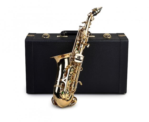 Saxofoon en geval op wit wordt geïsoleerd dat