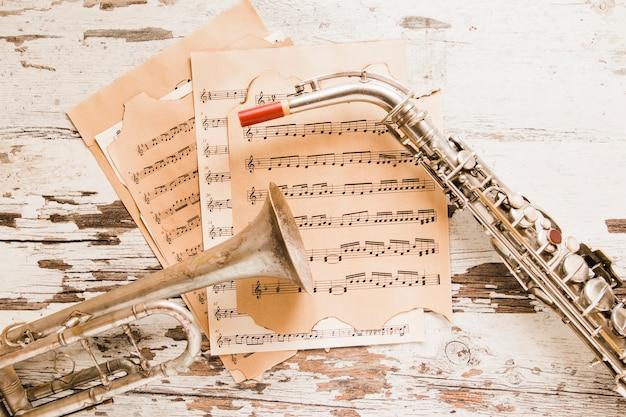 Saxofoon en trompet op bladmuziek