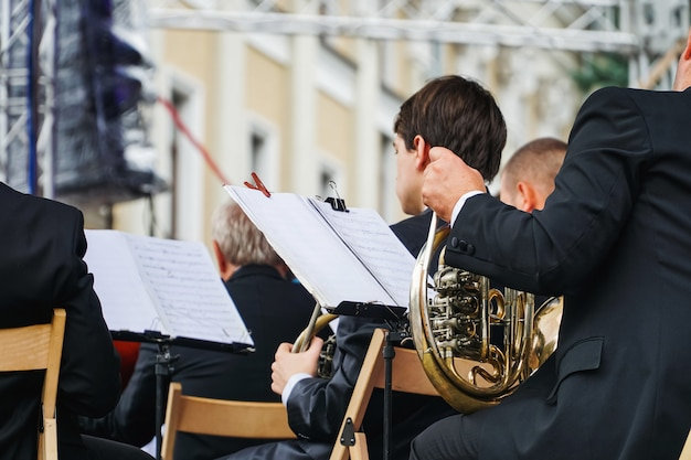 Saxofoonspeler op een festival in openlucht in de oekraïne. culturele prestaties