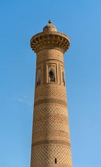 Sayid niaz sheliker minaret bij itchan kala. een unesco-erfgoedsite in khiva, oezbekistan