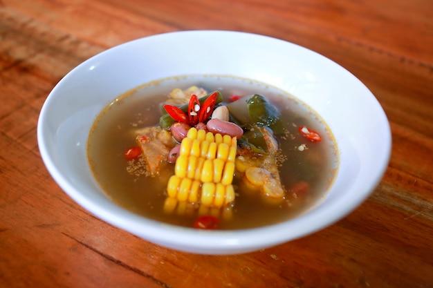Sayur asem, populaire indonesische tamarinde soep met maïs, rode bonen, en jack fruit