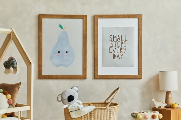 Scandi kinderkamerinterieur met mock-up posterframes speelgoed en textieldecoratiesjabloon